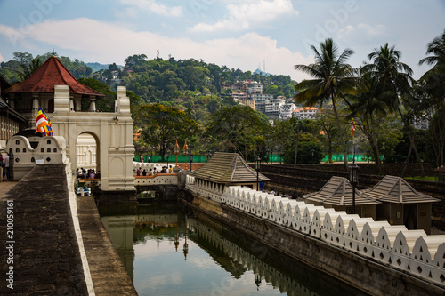 Foto op Canvas Asia land KANDY, SRI LANKA-APRIL 3: Buddha tooth temple April 3, 2018 in Kandy, Sri Lanka. Temple of a tooth of the Buddha