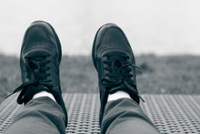 Черные классические кроссовки на ногах
