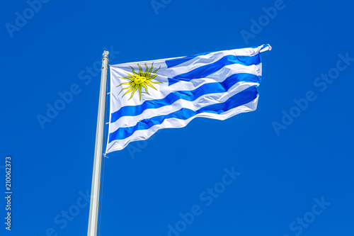 La pose en embrasure Amérique du Sud Flag of Uruguay waving in the wind against the sky