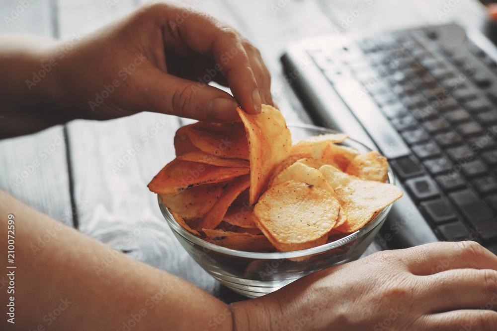 Fotografía Unhealthy snack at workplace