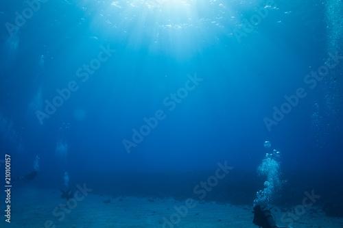 Papiers peints Recifs coralliens Scuba divers in clear beautiful blue tropical water