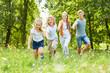 Familie und Kinder haben Spaß im Garten