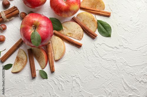 Cuadros en Lienzo Fresh ripe apples and cinnamon on table
