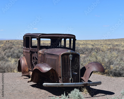 Tuinposter Route 66 Rusted Antique Car on Route 66 in Arizona