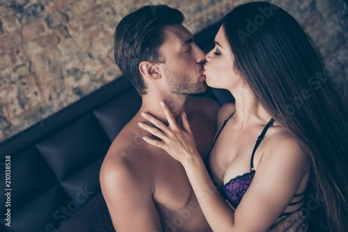 Fotografia So long desired kiss! Side profile view photo of seductive hot tempting romantic