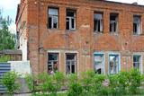 Fototapeta Londyn - Old brick house to demolition