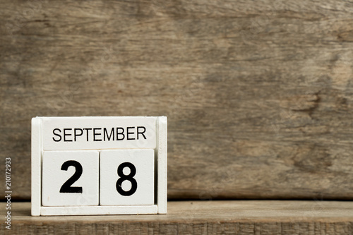 Papel de parede  White block calendar present date 28 and month September on wood background