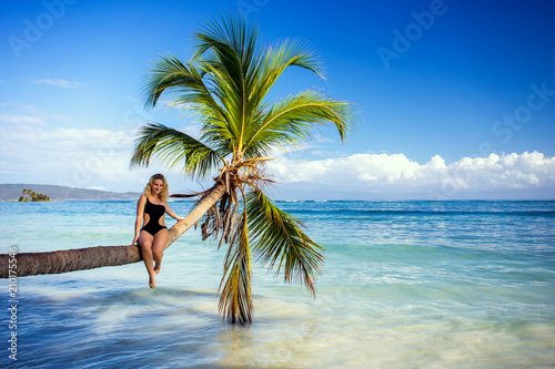 Photo  girl on the palm tree