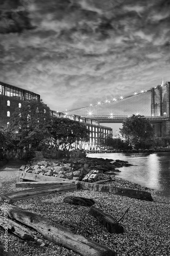 Staande foto New York City Under the Brooklyn Bridge, Dumbo side of the East River, New York, USA.