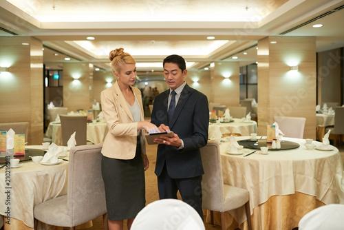Valokuva Discussing upcoming banquet