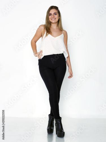 Foto  Joven mujer de ojos claros de cuerpo entero