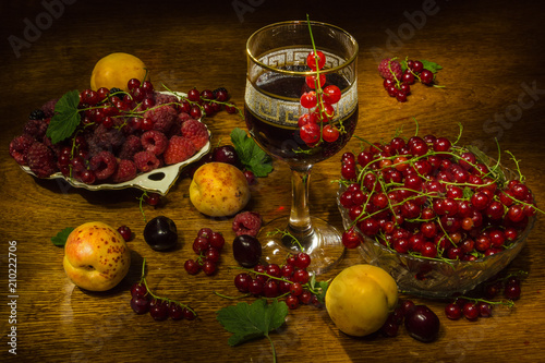 Láminas  still life of berries fruits raspberries red currant cherries apricot mulberry r
