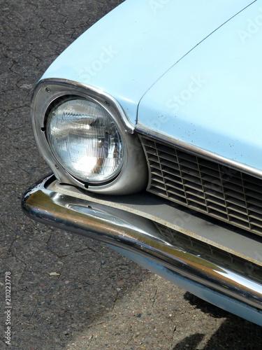 Photo  Hellblauer amerikanischer Großserien Sportwagen der Siebziger Jahre im Sonnensch