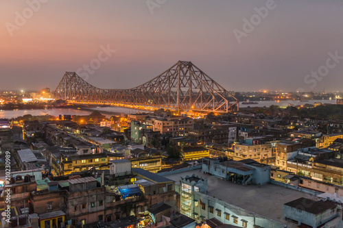 Foto op Plexiglas Asia land Beautiful view of Kolkata city with a Howrah bridge on the river Hooghly at twilight.