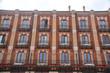 fachada de ladrillo de un edificio antiguo