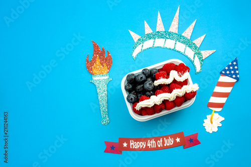 Fotografía  Independence day, happy fourth of july and dessert concept with the american fla