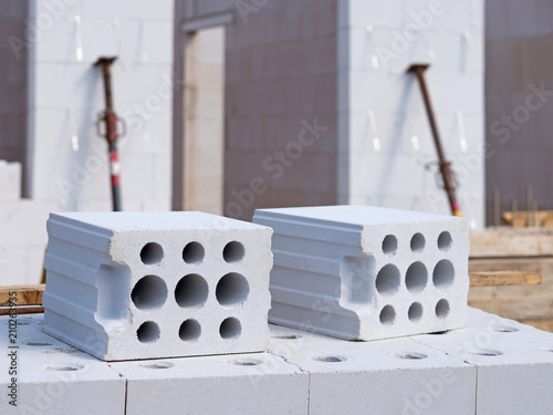 Fotografia, Obraz  Wohnungsbau, Hausbau, Kalksandsteine, Baustelle mit Rohbau