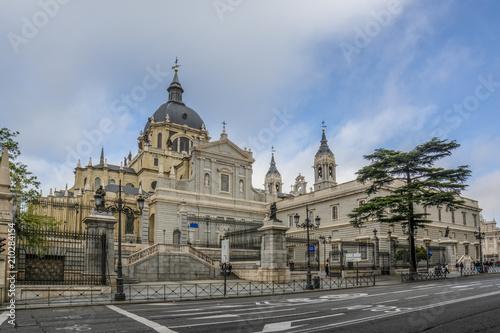 Papiers peints Barcelona Catedral de la Almudena en Madrid
