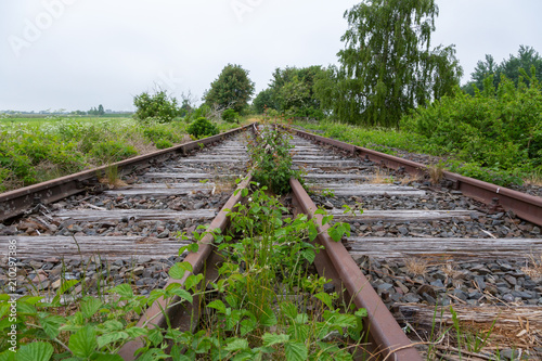 Fotobehang Spoorlijn Zwei verlassene Bahn Gleise kreuzen sich