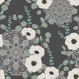 Bezszwowy wzór z białym anemonem, eukaliptusem i ozdobną mandalą. Kwiecisty tło z koronkowym ornamentem. Ilustracja wektorowa w stylu przypominającym akwarele - 210298720