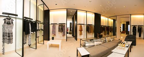 Fotografía  fashionable interior of boutique in modern mall.