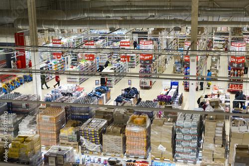 Pinturas sobre lienzo  Kharkiv/Ukraine - March 01 2017: Supermarket and hypermarket warehouses