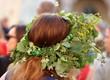 Głowa rudowłosej kobiety w kwietnym wianku na głowie, tradycja nocy świętojańskiej, tradycja ludowa