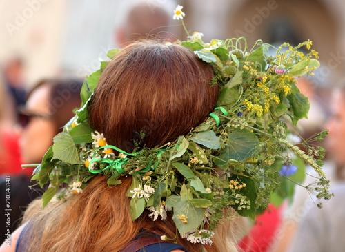 Fototapeta Głowa rudowłosej kobiety w kwietnym wianku na głowie, tradycja nocy świętojańskiej, tradycja ludowa obraz