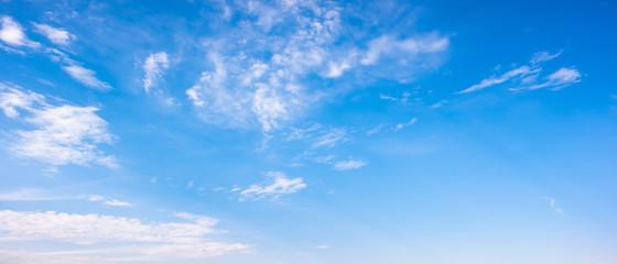 Chmury na niebieskim niebie jako tło