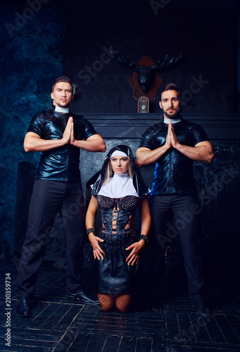 Fotografía striptease dancers dressed as a nun and priests