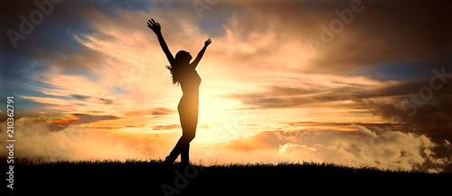 Pinturas sobre lienzo  free and happy woman raises her arms at sunset