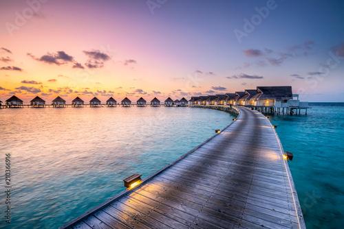Fotografie, Tablou Romantischer Sonnenuntergang in einem Luxushotel