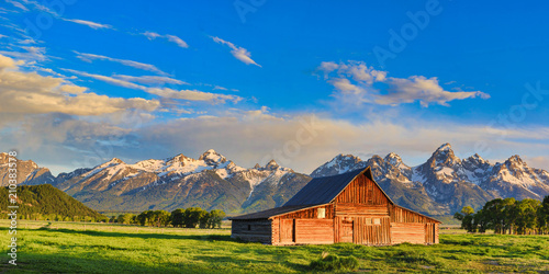 Obraz na plátně This abandoned, vintage barn in Mormon Row has the Grand Tetons in the background