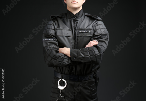 Photo Male security guard in uniform on dark background