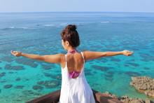 海で両手を広げる女の子