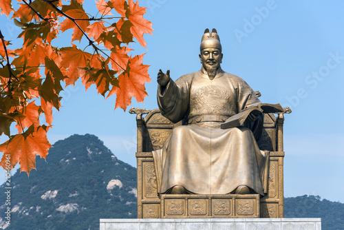 Fototapeta premium Pomnik króla Sejonga na placu Gwanghwamun w Seulu