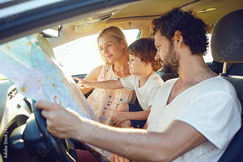 Fényképezés  The family travels in the car in the summer.