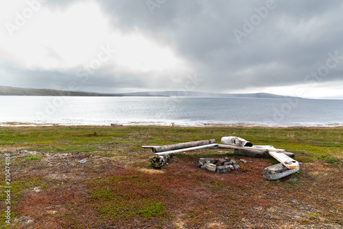 Deurstickers Poolcirkel A place to relax with benches and a campfire on the shore of the northern Barents Sea