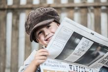 Junge Beim Zeitung Lesen