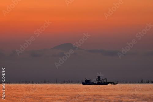 Foto op Canvas Baksteen 朝焼けの伊吹山と琵琶湖の情景