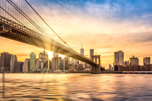 Foto  Sunset over Brooklyn Bridge in New York City