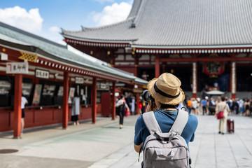 Mladi putnik fotografirajući hram Sensoji u asakusi, Tokio, Japan