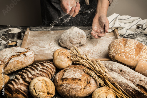 In de dag Bakkerij Bakery - baker's hands sprinkle raw dough with flour