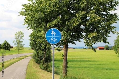 Fotografía  Rad- und Fußweg in ländlicher Umgebung, Allgäu, Bayern