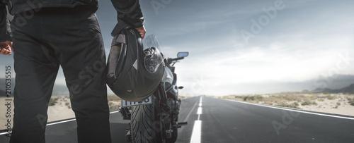 Fototapeta premium Rowerzysta z motocyklem na wiejskiej drodze