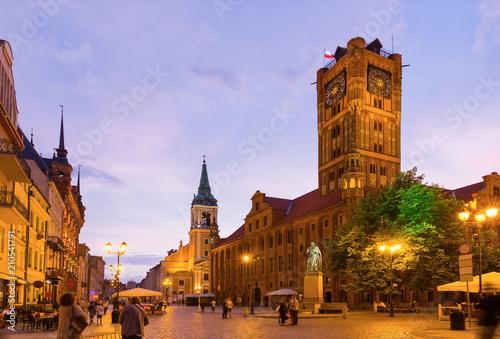 Fotografia Torun Town Hall and monument of Copernicus at night