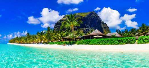 Przepiękne białe piaszczyste plaże i turkusowe wody wyspy Mauritius - tropikalny raj