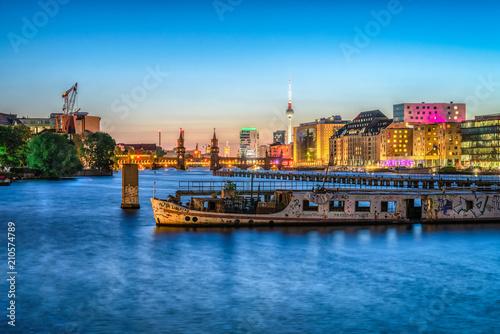 Papiers peints Europe Centrale Skyline von Berlin bei Nacht mit Blick auf Oberbaumbrücke und Fernsehturm