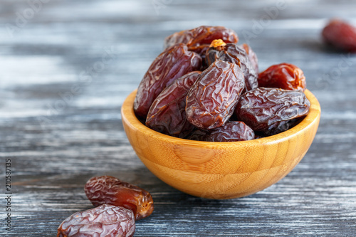 Dried fruits of date palm in a wooden bowl. Canvas-taulu