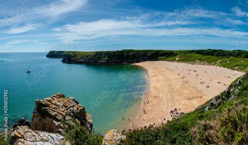 Fotografia Beautiful sandy beach surrounded by limestone cliffs (Barafundle Bay, South Wale